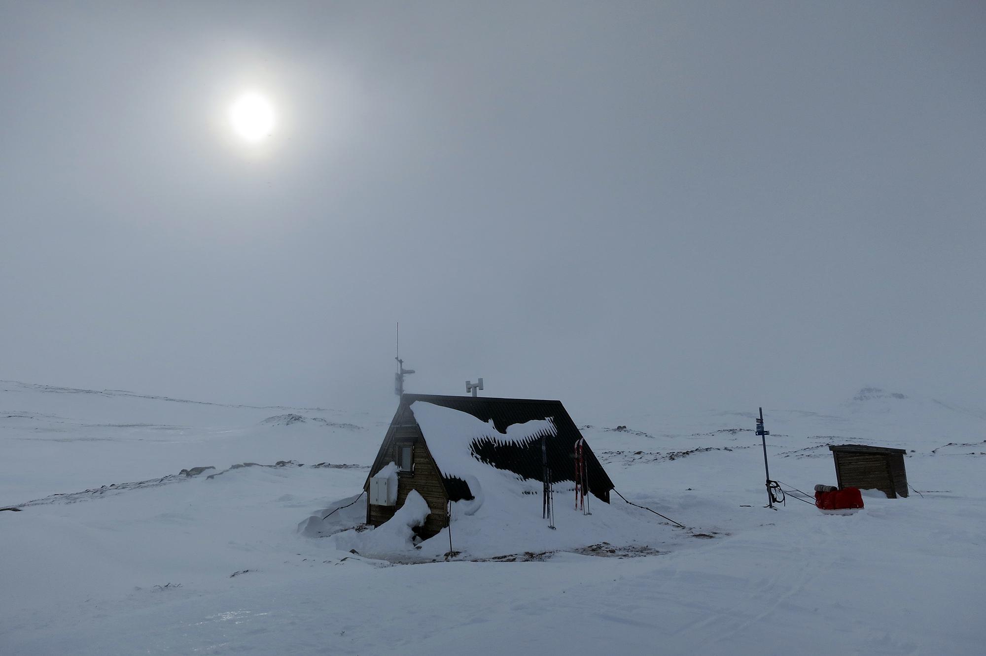 Stjtäntja rasstuga i snödis.