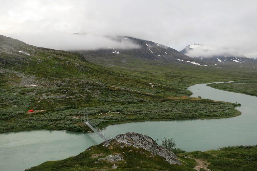 Utsikt från Alisjaure stugorna mot tältplatsen nedanför bron.