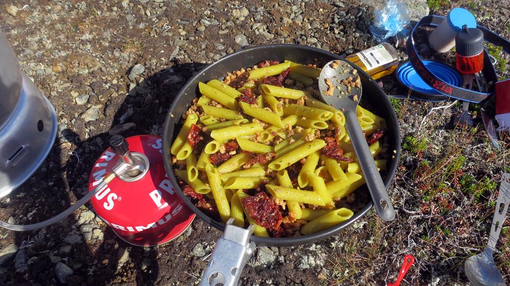 Lunch på Favnoajvves- och Bårdegienhtjes branta kanter.