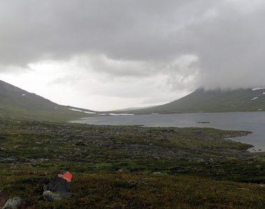 Vy över Kårsajaure och dalen där Nordkalottleden går.