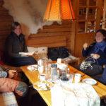 Välförtjänta våfflor efter topptursförsök i blåst, snö och dimma med Rezas, Janina, Monica och Niklas.