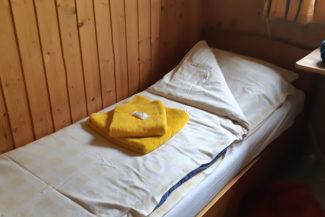 Ett eget rum med säng och rena lakan på Spiterstulens turisthytte.