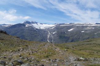Glaciären Styggebrean och dess vattenfall.
