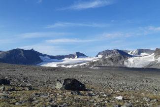 Vi lämnar Veobrean (glaciären) bakom oss.