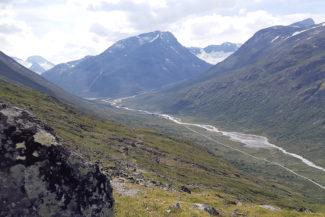 Visdalsvegen slingrar sig i dalen mot Spiterstulen, Stigghoetoppen i bakgrunden.